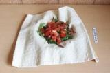 Шаг 5. Выложить на лаваш микс салата, сверху помидор.
