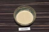 Шаг 1. Смешать миксером овсяную муку с овсяным молоком маслом и солью до однород