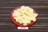Шаг 2. Картофель очистить и нарезать ломтиками.