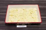 Шаг 8. В форму для запекания выложить слой картофельных ломтиков.