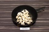 Шаг 5. Обжарить грибы пару минут, затем влить воду и довести до готовности