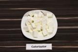 Шаг 6. Сыр нарезать крупными кубиками.