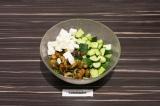 Шаг 7. В глубоком салатнике смешать все ингредиенты. Сок от грибов послужит запр