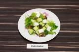 Готовое блюдо: зеленый салат с грибами и сыром фетакса