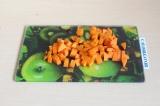 Шаг 3. Нарезать морковь кубиками.