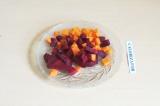 Шаг 5. Выложить на дно мультиварки овощи.