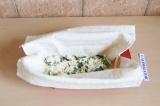 Шаг 9. Смазать нижний слой кефирной массой, выложить немного начинки и залить