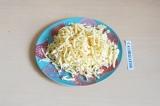 Шаг 1. Сыр натереть на терке.
