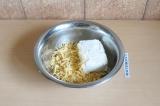 Шаг 2. Смешать творог и сыр.
