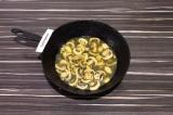 Шаг 4. Грибы потушить на сковороде с добавлением масла и воды.