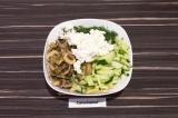 Шаг 6. В глубоком салатнике смешать все ингредиенты, сок от грибов тоже. Заправи