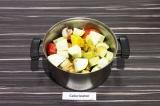Шаг 5. В глубокой посуде смешать все ингредиенты кроме тофу, приправить специями