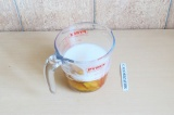 Шаг 7. Соединить жидкие ингредиенты.