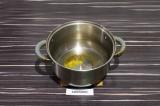 Шаг 4. В кастрюле нагреть масло и специи в течение минуты.