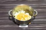 Шаг 5. Кабачок и морковь пассеровать на масле со специями примерно 5 минут.