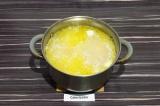 Шаг 6. Затем добавить горох, картофель и воду. Варить под закрытой крышкой до