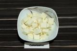Шаг 4. Адыгейский сыр нарезать кубиками.