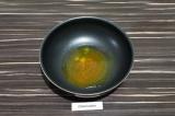 Шаг 5. В сковороде нагреть масло и специи, примерно минуту.