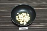 Шаг 6. Адыгейский сыр подрумянить со всех сторон на масле со специями, примерно