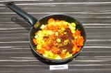 Шаг 8. Добавить остальные овощи и воду. Накрыть крышкой и тушить 10-12 минут.