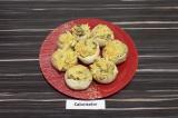 Шаг 9. Начинить шляпки грибов овощной смесью.