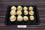 Шаг 10. Присыпать каждый гриб сыром и запечь в духовке при 180 градусах 5 минут.