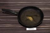 Шаг 5. На сковороде нагреть масло и специи. Примерно минуту.
