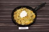 Шаг 8. В готовые овощи добавить сметану, все перемешать и дать остыть.