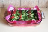 Шаг 9. Выложить зеленую смесь поверх слоя овощей, затем выложить второй и покрыт