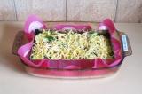 Шаг 11. Посыпать сыром и отправить в духовку под фольгой на 50 минут. Затем снят
