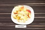 Шаг 1. Яблоки нарезать крупными ломтиками.