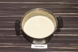 Шаг 2. В глубокую емкость влить воду, добавить подсолнечное масло, затем просеят