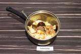 Шаг 3. В сотейнике с толстым дном нагреть яблоки, корицу и мёд в течение 15 мин