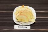 Шаг 3. Яблоко нарезать тонкими пластинами.