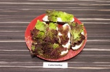 Шаг 5. Сверху на сыр выложить листья салата.