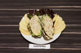 Готовое блюдо: бутерброды из огурца и яблока с ореховой посыпкой