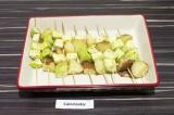 Шаг 4. Переложить овощи на шпажках в форму для запекания, сверху сбрызнуть соком