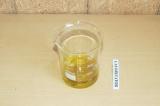 Шаг 4. Смешать жидкие ингредиенты.