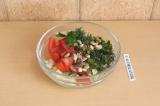 Шаг 7. Смешать все ингредиенты и добавить соль и перец по вкусу, любимый соус.