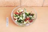 Готовое блюдо: овощной салат с арахисом
