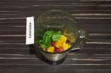 Шаг 2. В чашу блендера сложить клубнику, апельсин и базилик. Взбивать на высокой