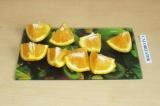 Шаг 4. Апельсин разрезать на четвертинки.