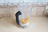Шаг 5. Взбить апельсин с водой и яблочным пюре.