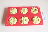 Шаг 8. Выложить в формочки и отправить в духовку на 30 минут при 170 градусах.