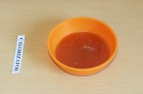 Шаг 7. Растопить мед на водяной бане.