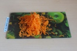 Шаг 4. Натереть морковь на терке.