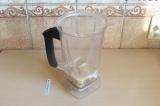 Шаг 1. Взбить семена дыни с водой и сиропом.
