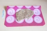 Шаг 5. Раскатать пласт на силиконовом коврике и убрать в морозилку на 30 минут.