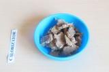 Шаг 7. Разломать на кусочки арахисовую пасту.