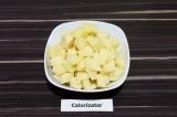 Шаг 1. Картофель очистить и нарезать кубиками.